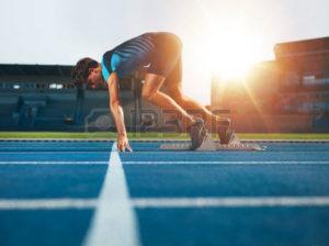 45594922-男性アスリート陸上競技ランニング-トラック位置を開始。ランナーのスプ